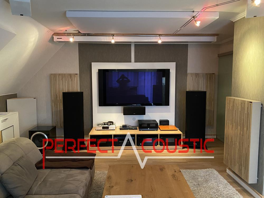 Akustikplatten in einem Kinoraum platziert