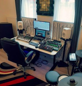 Adam's home studio, using acoustic panels.-Bassfalle mit Diffusor