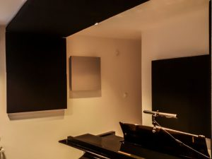 Akustikplatte im Hauptklavierraum..
