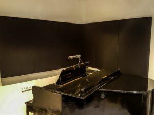 Akustikplatte im Hauptklavierraum....