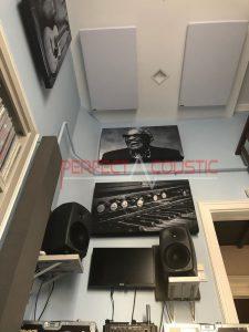Ansicht von unten auf fotografische Akustikplatten.