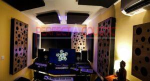 Heimstudio mit professioneller Tonübertragung-Diffusor Frontplatte Akustikplatte in einem Haus