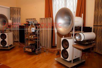 Platzierung von Akustikplatten an einem buckligen Lautsprecher-Säulenförmige Akustik Diffusor