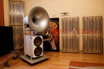 Platzierung von Akustikplatten an einem buckligen Lautsprecher..