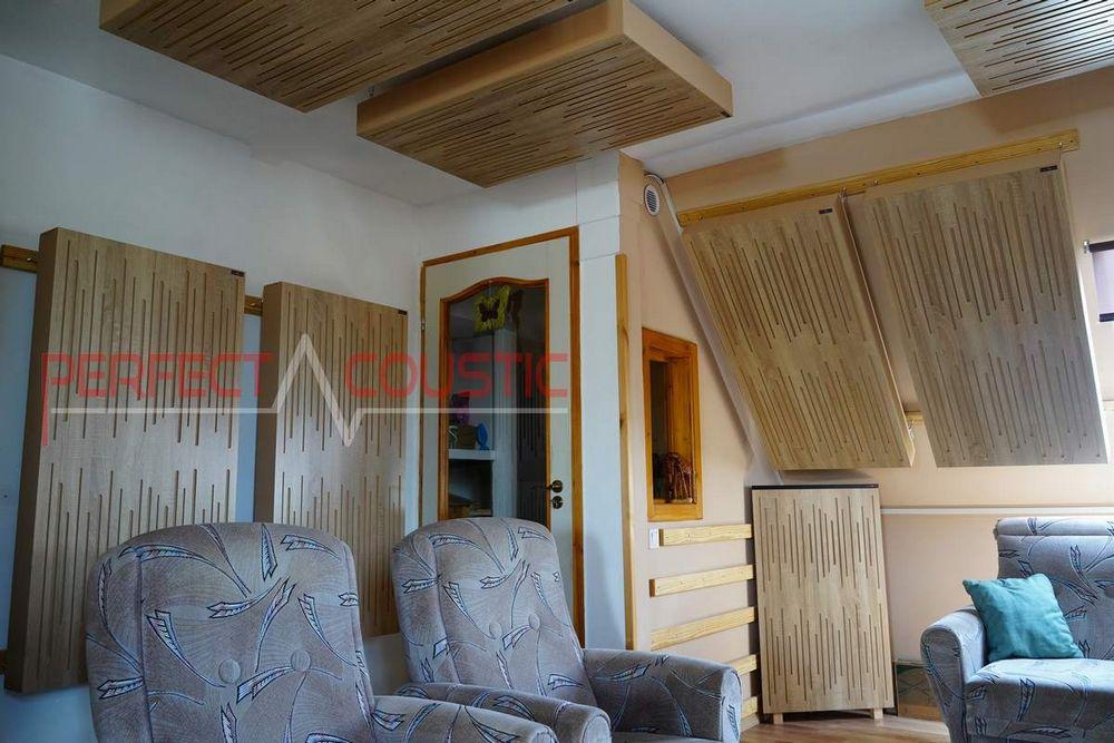 ein Akustikpaneel an die Wand hängen.