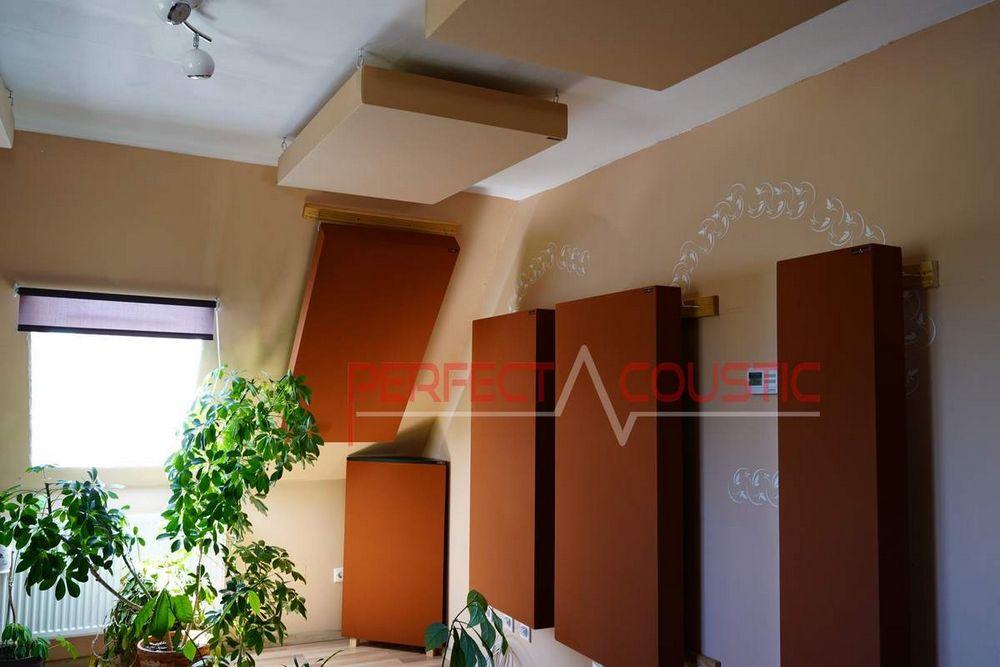 ein Akustikpaneel an die Wand hängen