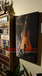 Bedruckte-Akustikplatte-neben-dem-Schrank