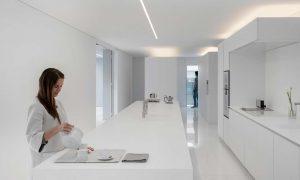 minimalistische weiße Villa Küche