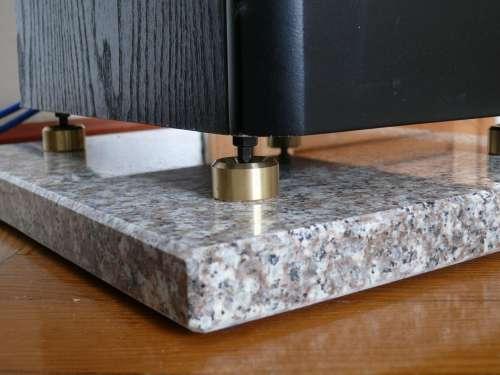 Isolationspads: Lautsprecherplatten aus Granit und Kalkstein