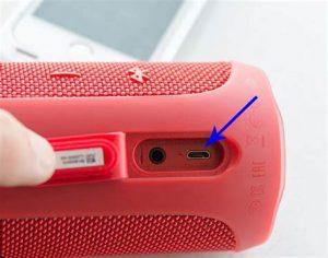 Der zylindrische, solide Lautsprecher hat an zwei Seiten eine dekorative Plastikfolie. Es kann leicht zur Seite eingestellt werden. Die robuste Netzabdeckung ermöglicht den Fluss von Geräuschen, schützt das Gerät jedoch nicht vor Schmutz und Ablagerungen. Die Tasten sind empfindlich genug, groß und einfach zu bedienen. Es verfügt über Tasten für Wiedergabe / Pause und Lautstärke.