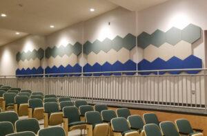 sechseckige Tafeln in einem Hörsaal